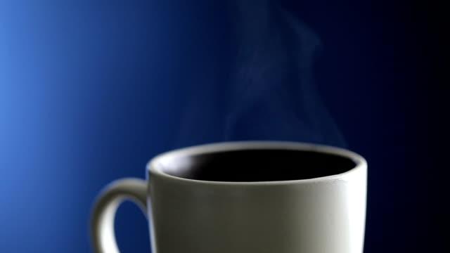 Tasse de café chaud sur fond bleu