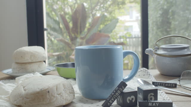 tazza di caffè calda fumante e pane pita in tavola - tazza da caffè video stock e b–roll