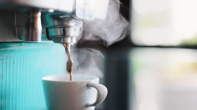 tazza di caffè calda fumante con macchina da caffè - tazza da caffè video stock e b–roll
