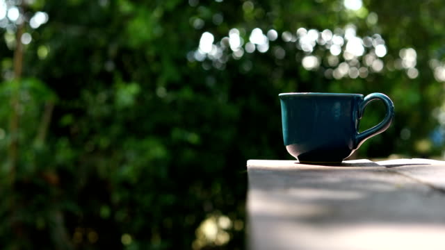vídeos y material grabado en eventos de stock de bebida caliente café con fondo claro de naturaleza bokeh - mesa baja de salón