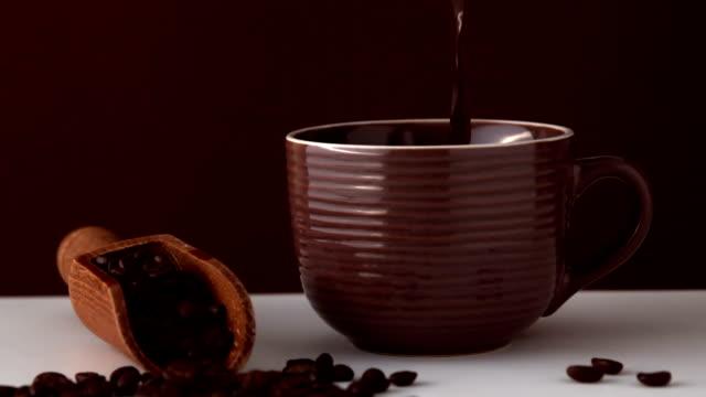 vídeos de stock, filmes e b-roll de café quente que entra em marrom cup - molécula de cafeína