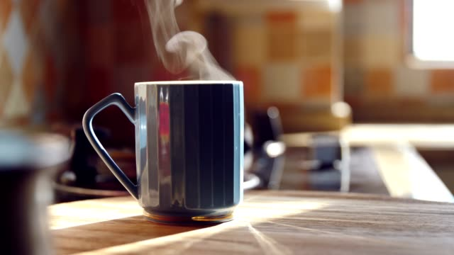 vídeos de stock e filmes b-roll de hot coffee with steam on table - morno
