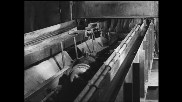 hot copper bar traveling through machinery and compressed into thin cable - 1940 1949 bildbanksvideor och videomaterial från bakom kulisserna