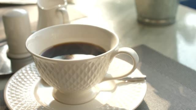 朝のコーヒーのホットカップ - coffee cup点の映像素材/bロール