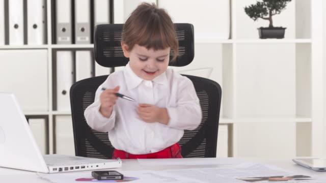 vidéos et rushes de hd: hot desking pour petite fille d'affaires - hot desking