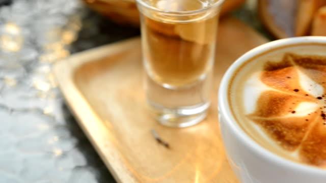 varm latte art i kafé på bord - tonad bild bildbanksvideor och videomaterial från bakom kulisserna