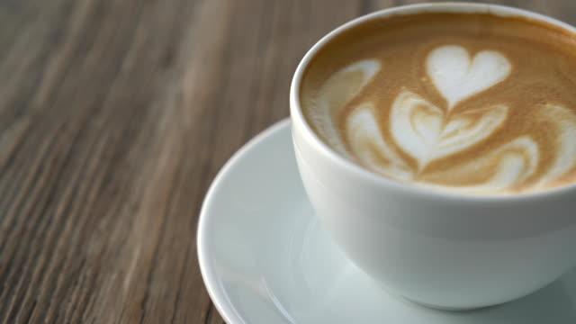 vídeos de stock, filmes e b-roll de café quente do latte - xícara de café