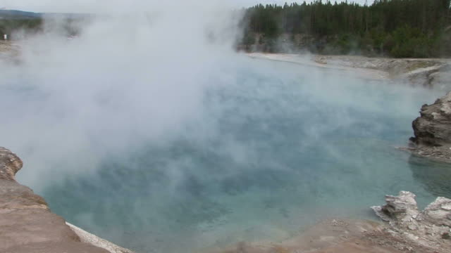 hot natural spring in yellowstone national park wyoming united states - brodelnd stock-videos und b-roll-filmmaterial