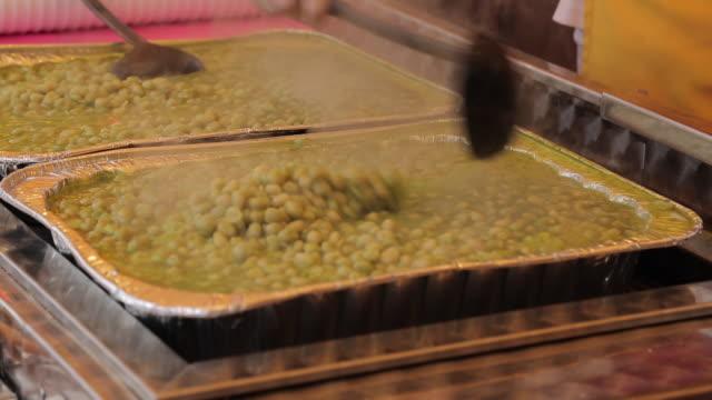 hot peas stall, fair, nottingham, nottinghamshire, england, uk - mestolo video stock e b–roll