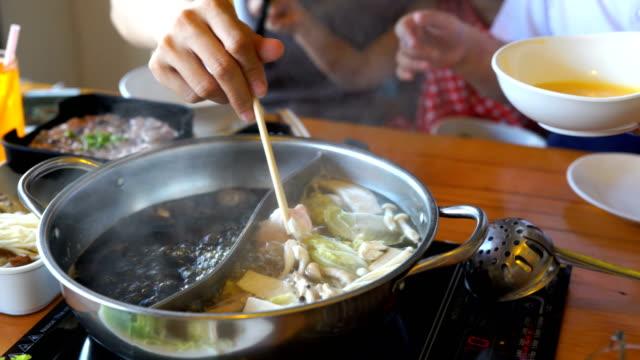 cu/heiße suppe im topf sukiyaki. - brühe stock-videos und b-roll-filmmaterial