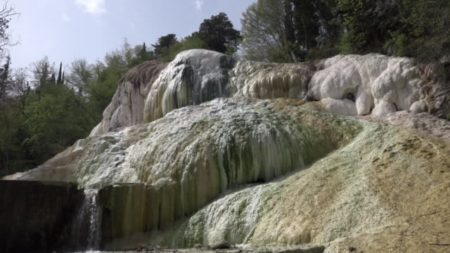 vidéos et rushes de td / hot spring with white travertine rock - piscine thermale