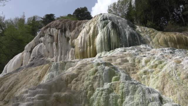 vídeos de stock e filmes b-roll de tu / hot spring with white travertine rock - piscina térmica