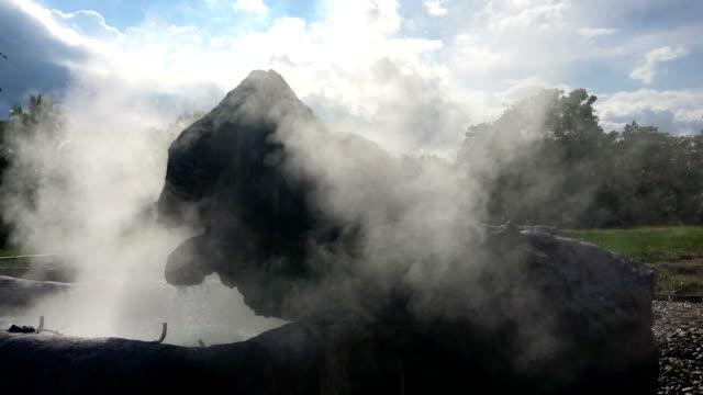 hot springs geothermie, dampf steigt aus natürlichen heißen quellen. - brodelnd stock-videos und b-roll-filmmaterial