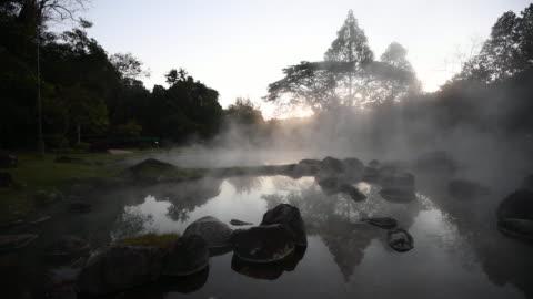 vídeos y material grabado en eventos de stock de aguas termales naturales y luz del sol refleja el agua del sol - balneario spa