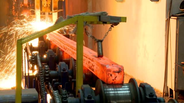 vídeos y material grabado en eventos de stock de caliente lingotes de acero en cinta transportadora. proceso del bastidor de fundición, - aluminio