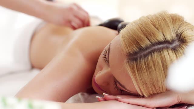 vídeos de stock, filmes e b-roll de terapia com pedras quentes - lastone therapy