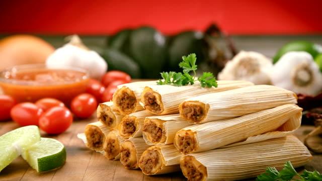 vídeos de stock e filmes b-roll de hot tamales on cutting board - modo de preparação de comida