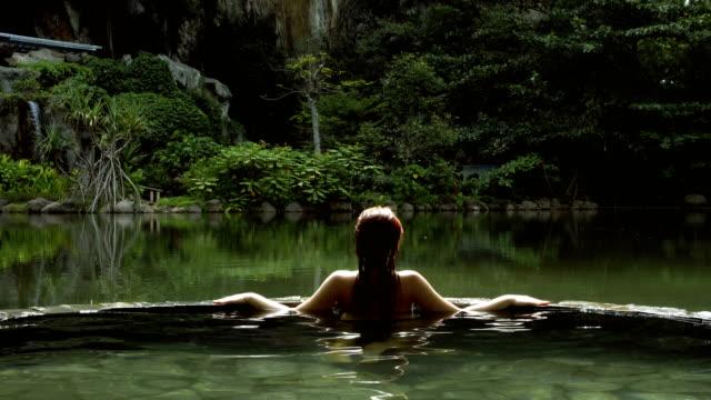 Whirlpool im Dschungel. Frau Entspannung im Wellness-Refugium