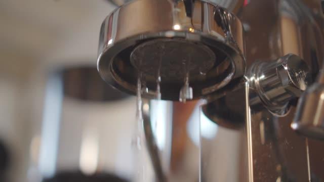 Warmwasser aus der Maschine aus nächster Nähe.
