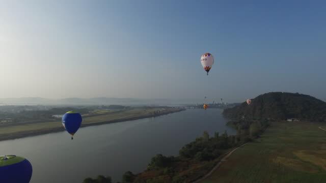 vídeos y material grabado en eventos de stock de hot-air balloon at gudeurae ferry of geumgang river / buyeo-gun, chungcheongnam-do, south korea - terrenos a construir
