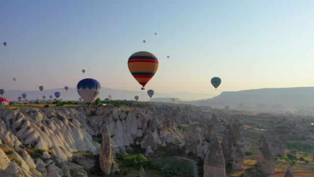 vidéos et rushes de hot-air balloon scenery / cappadocia, turkey - paysage enchanteur