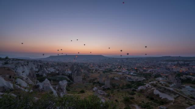 vídeos de stock, filmes e b-roll de hot-air balloons in cappadocia / turkey - festa do balão de ar quente