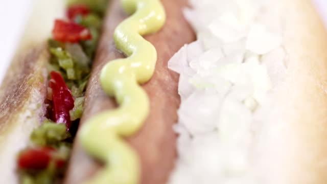 vidéos et rushes de un hotdog classiques - groupe moyen d'objets