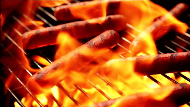 vídeos de stock e filmes b-roll de hotdogs em um carvão bbq - hot dog