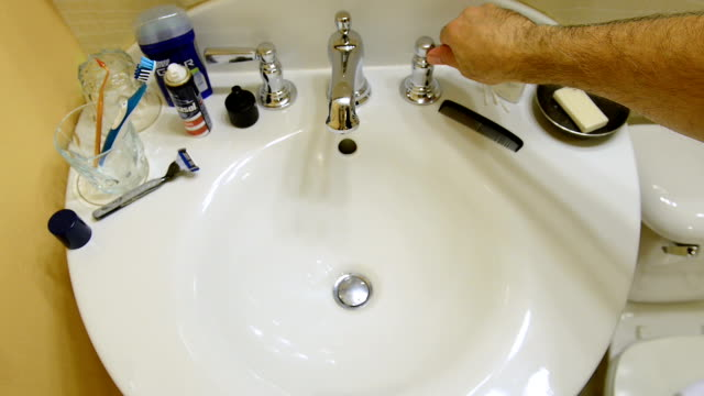 vídeos y material grabado en eventos de stock de lavamanos del baño - desodorante