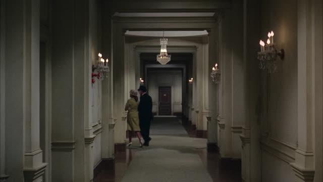 vídeos de stock, filmes e b-roll de 1967 ws hotel corridor - vista traseira