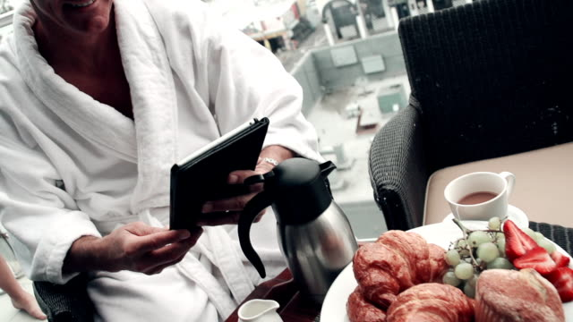 vidéos et rushes de au ralenti-couple petit déjeuner sans fil - jeunes mariés