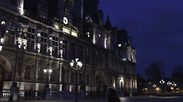 hotel de ville in paris, france at night - hotel de ville paris stock videos & royalty-free footage