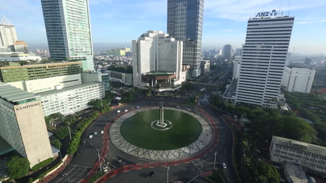 WS  Hotel Indonesia Monument  roundabout with traffic in morning