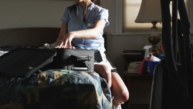 vídeos de stock, filmes e b-roll de hotel maid going through a suitcase - bolsa objeto manufaturado