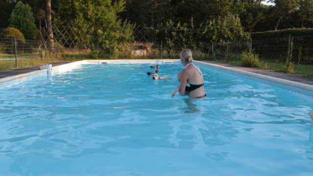 vídeos y material grabado en eventos de stock de hotel pool bordeaux - mujeres de mediana edad