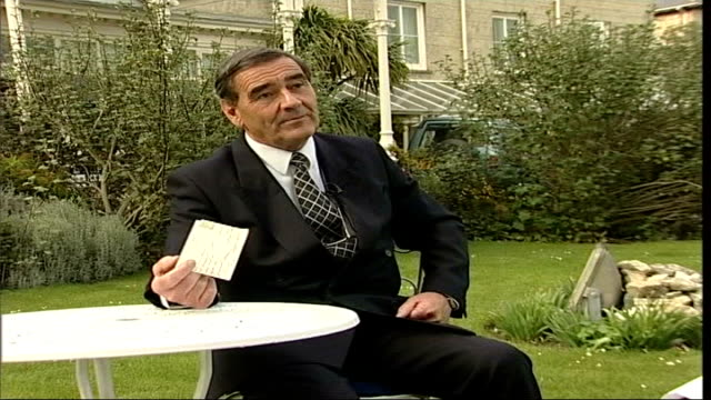 vidéos et rushes de hotel receives postcard sent nearly a century ago itn isle of wight writing on back of postcard nigel holland interviewed sot when first shown the... - post it
