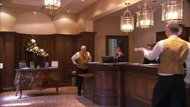 vídeos y material grabado en eventos de stock de hotel reception, hotel staff working, lough erne, northern ireland - hospitalidad