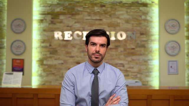 vídeos de stock e filmes b-roll de hotel receptionist at work - one mid adult man only