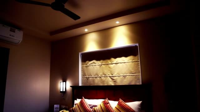 vídeos de stock, filmes e b-roll de quarto de hotel - quarto de hotel
