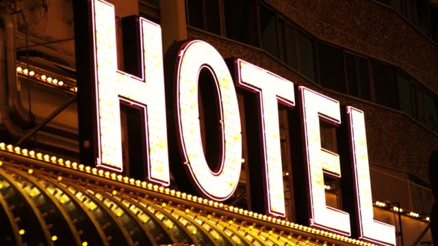 vídeos de stock, filmes e b-roll de placa do hotel à noite - hotel