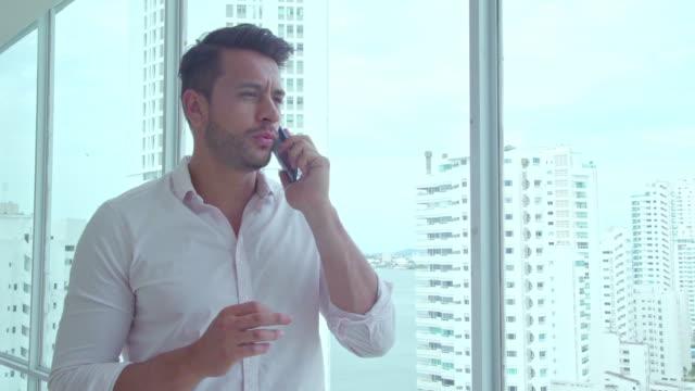 vídeos y material grabado en eventos de stock de vacaciones de hotel - camisa blanca