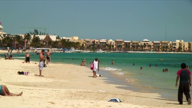 vídeos y material grabado en eventos de stock de ws hotels and tourists on beach / playa del carmen, mexico - playa del carmen