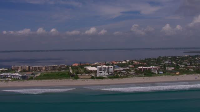 vidéos et rushes de hotels line the coast of tampa, florida. - golfe du mexique