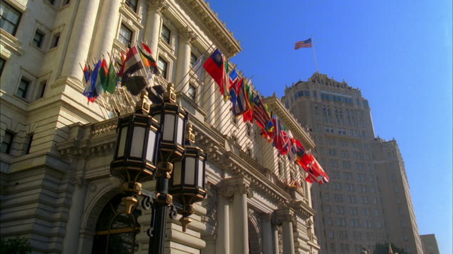 vídeos y material grabado en eventos de stock de ms, la, hotels on nob hill with colorful flags flying above lobby entrance, san francisco, california, usa, - ornate