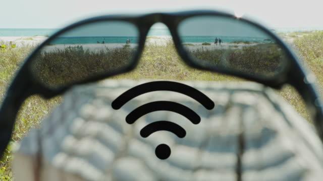 hotspot WLAN Sonnenbrille am Strand-Technologie und Kommunikation