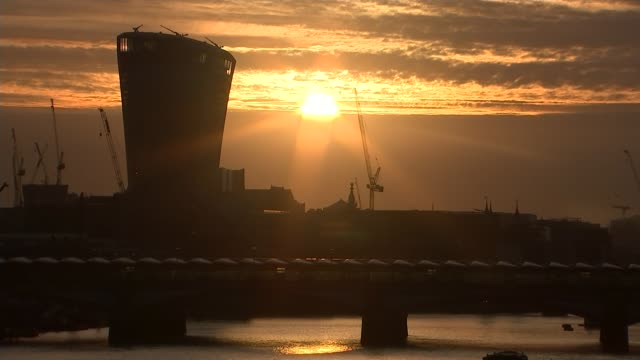 hottest september day since 1911 england london sunrise over river thames as seen from waterloo bridge niki pearce feeding miel worms ice cubes to... - otter stock videos & royalty-free footage