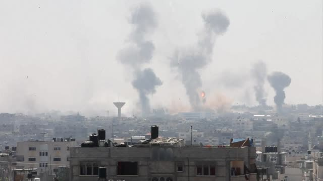 hour ceasefire took effect friday in gaza but was immediately threatened in southern gaza as heavy shelling of the area ended the brief respite from... - striscia di gaza video stock e b–roll