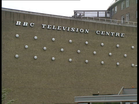 stockvideo's en b-roll-footage met hour strike; itn england: london: ext car through gates of bbc television centre exteriors television centre flags flying england: london: exteriors... - bbc