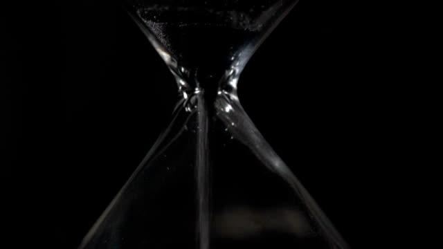 vidéos et rushes de sablier closeup slow motion - instrument de mesure du temps