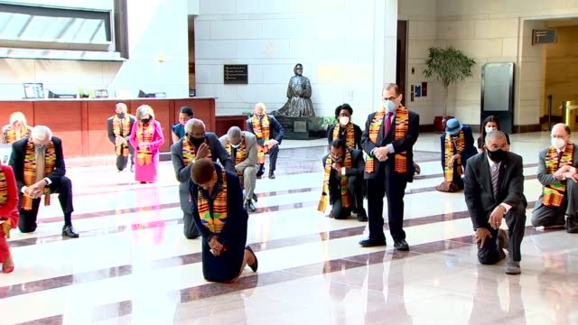 house and senate democrats kneel for nearly nine minutes of silence to mark the death of minneapolis resident george floyd and others in police... - ひざまずく点の映像素材/bロール